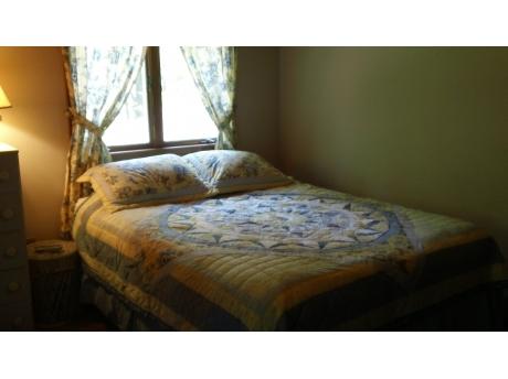Sunrise Bedroom sleeps 4 / 1 queen, 2 twin