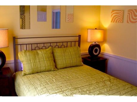 Middle floor bedroom - queen bed.
