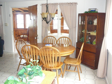 Cottage E: Dining Area