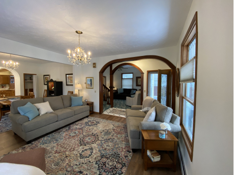 LARGE FAMILY SITTING TV ROOM VERY COZY