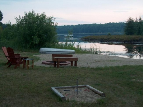 Private beach w/boats, kayaks, firepit and horseshoes pit